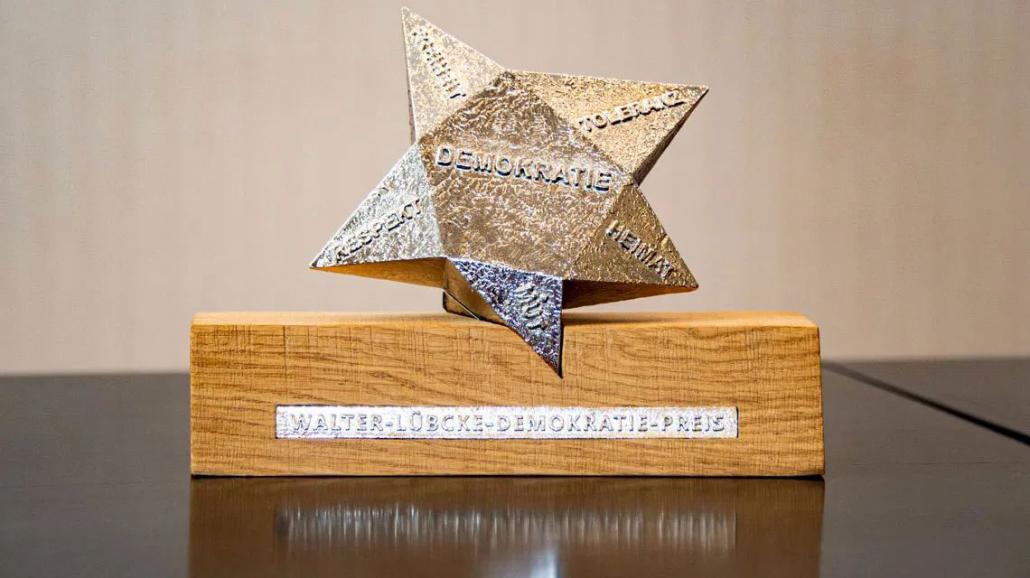 """Der Walter-Lübcke-Demokratie-Preis ist ein Bürgerpreis, der, angelehnt an das Buch """"Der Kleine Prinz"""" von Antoine de Saint-Exupéry, die Form eines Sterns hat. Foto: © Hessische Staatskanzlei"""