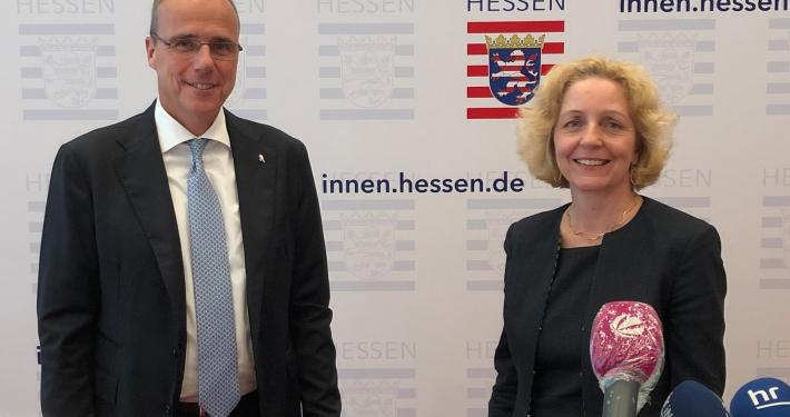 Innenminister Peter Beuth und die Vorsitzende der Expertenkommission Prof. Dr. Angelika Nußberger. © HMdIS