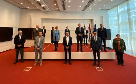 """Innenminister Beuth begrüßte gestern die dreizehnköpfige Kommission """"Verantwortung der Polizei in einer pluralistischen Gesellschaft"""" unmittelbar vor ihrer ersten konstituierenden Sitzung in Wiesbaden. © HMdIS"""